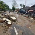 INDONESIA: L'ERUZIONE DEL VULCANO KRAKATOA GENERA UNO TSUNAMI, CENTINAIA DI MORTI E FERITI