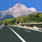 TRAFORO GRAN SASSO: AUTO IN FIAMME, TRAFFICO BLOCCATO VERSO ROMA