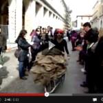 VIDEO: L'AQUILA, 4 ANNI FA LE CARRIOLE NEL CENTRO TERREMOTATO