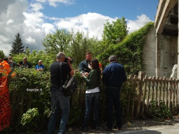 Il sindaco di Scoppito Marco Giusti intervistato sul luogo dell'accaduto