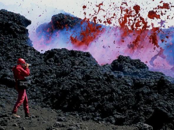 Un fotografo scatta durante un'esplosione di magma sull'Etna. Nel 1928 il vicino centro abitato di Mascali fu cancellato dal flusso di lava rovente.