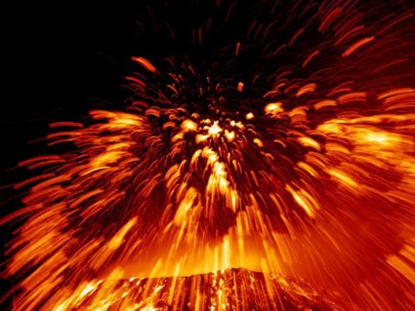 Sembrano fuochi d'artificio le esplosioni di lava fusa sull'Etna. L'eruzione del 2002, tra le più spettacolari del secolo, ha generato una colonna di cenere visibile anche dalla Libia.