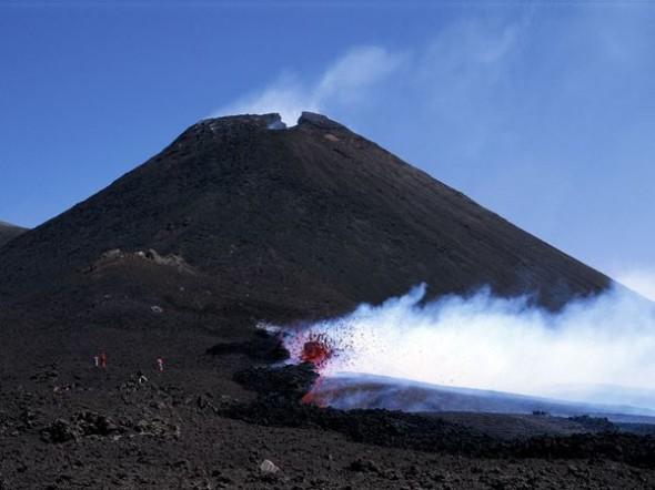 Un nuovo cono eruttivo dà modo ai vulcanologi di osservare la nuova attività. Oltre 1.200 metri quadrati della superficie dell'Etna sono ricoperti di lava solida e le nuove eruzioni modificano l'altezza della montagna.