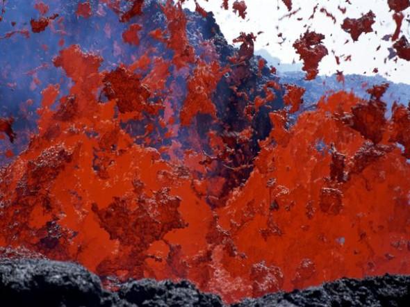 La lava fuoriesce da un nuovo cono vulcanico dell'Etna, il vulcano in costante attività più antico che si conosca. La vetta dell'Etna è alta 3.350 metri.
