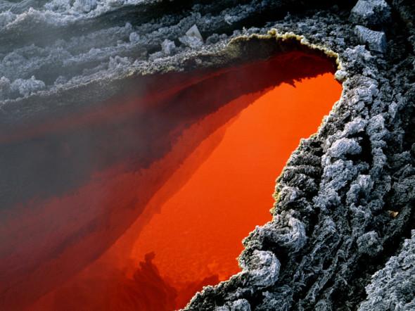 Poche centinaia di gradi separano questa massa di magma color rosso acceso dalla crosta grigia sottostante. L'Etna è il vulcano attivo più alto in Europa.