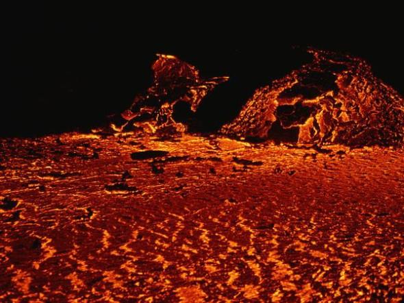 Lava ribollente sull'Etna nel 2002. Dopo quella data, una serie di violente eruzioni ha portato il governo italiano a dichiarare lo stato di emergenza nella zona.
