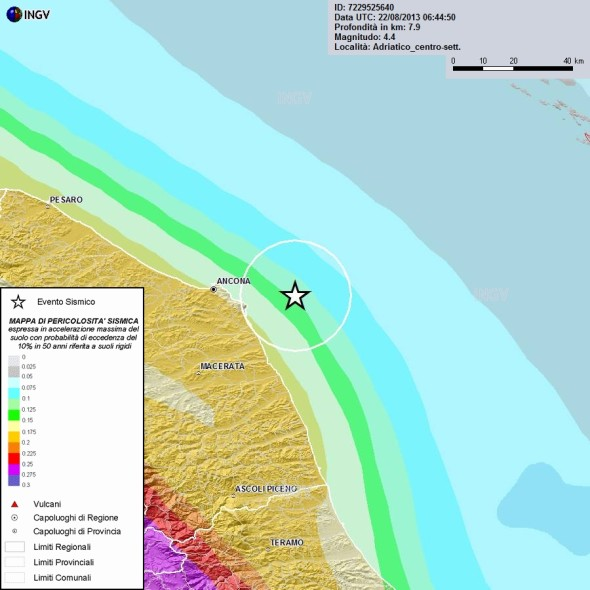 Sinistra: Mappa di pericolosità sismica del territorio nazionale (GdL MPS, 2004; rif. Ordinanza PCM del 28 aprile 2005, n. 3519, All. 1b) espressa in termini di accelerazione massima del suolo con probabilità di eccedenza del 10% in 50 anni, riferita a suoli rigidi (Vs30>800 m/s; cat. A, punto 3.2.1 del D.M. 14.09.2005).