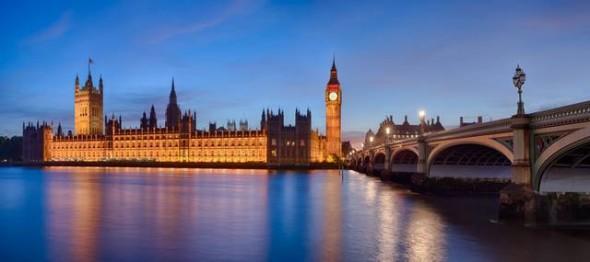 Vista panoramica del Parlamento di Londra, il Big Ben e il ponte di Westminster, visti dall'altra sponda del fiume Tamigi, al crepuscolo.
