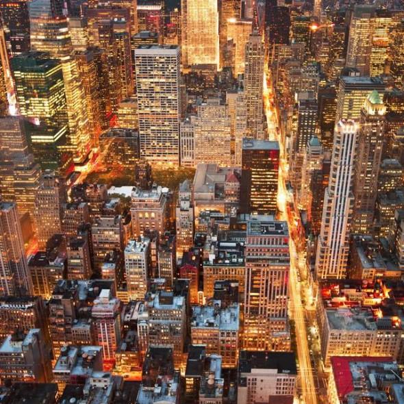 Straordinaria vista sui Palazzi di New York di notte. dall'Empire State Buinding.