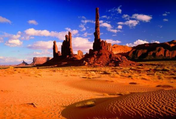 Le rocce rosse del Monument Valley Tribal Park, nei pressi del confine tra Arizona e Utah. Le guglie di arenaria sono il risultato di milioni di anni di erosione. Il colore rossastro è dato dalla presenza di ossido di ferro.