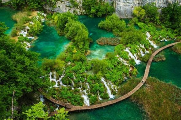 Una vista mozzafiato delle cascate nel parco nazionale della Croazia Laghi di Plitvice. Il parco è costituito da laghi a cascata che assumono tonalità di colori che vanno dal verde al blu passando per il grigio.