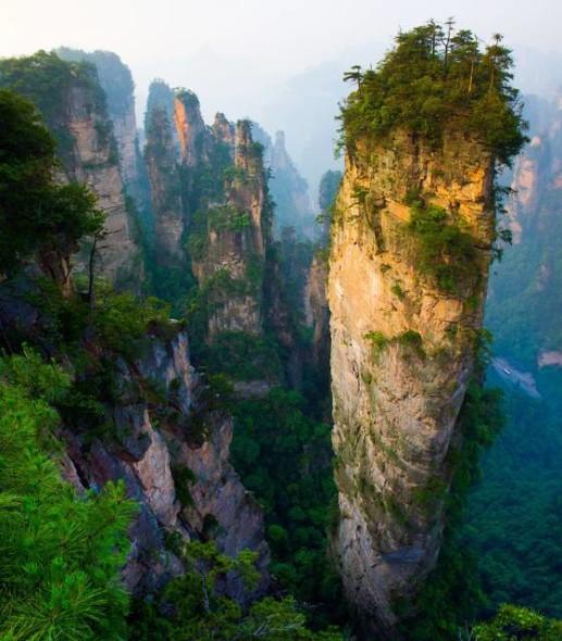 I Pinnacoli calcarei nel Parco Forestale Nazionale di Zhangjiajie sono ciò che resta delle montagne erose dall'acqua.