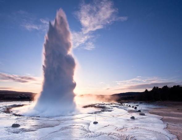 Il geyser Strokkur, in Islanda, erutta ogni 4-8 minuti, creando degli schizzi d'acqua alti anche fino a 130 metri. È uno dei più famosi geyser islandesi.