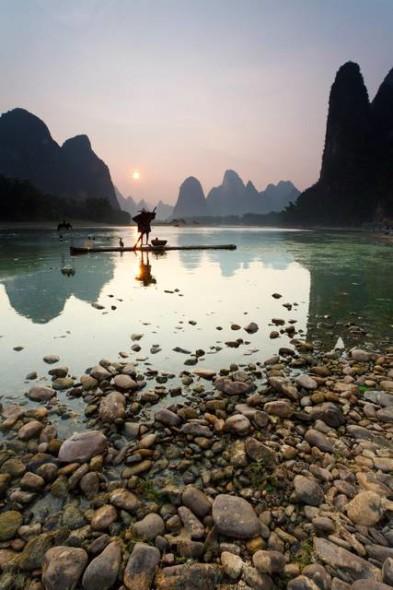 Il fiume Li in Cina è conosciuto per le sue cime calcaree frastagliate, per gli spumeggianti ruscelli e per essere il luogo di pesca del cormorano.