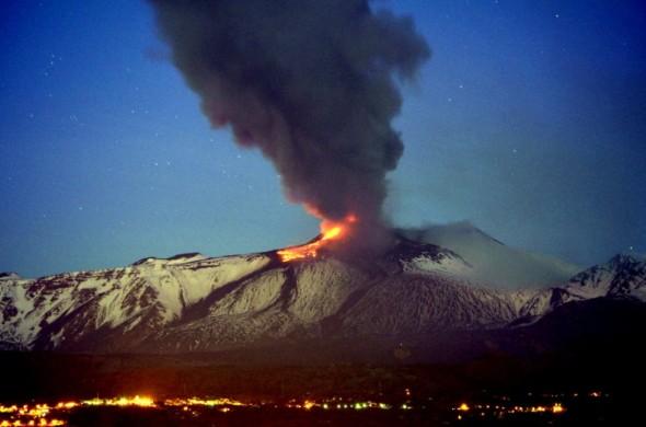 Eruzione numero venti per l'Etna, che quest'anno è tornato a dare spettacolo con una frequenza rara negli ultimi decenni. Un'intensa attività eruttiva è stata presente per tutta la notte con fontane di lava altissime emesse, assieme a violenti boati, dal nuovo cratere di Sud-Est. Dalla bocca sono emerse diverse colate bene alimentate che si sono dirette verso la Valle del Bove. L'eruzione, che è stata visibile da Catania e da Taormina, e' uno dei fenomeni piu' intensi per energia tra quelli registrati negli ultimi mesi sul vulcano attivo piu' alto d'Europa (Foto di Turi Caggegi)
