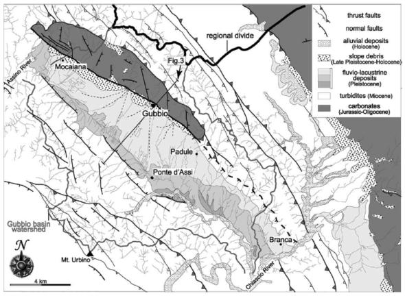 Schema geologico della zona di Gubbio. Il bacino (la valle allungata in senso nordovest-sudest) è indicato con il grigetto. La faglia di Gubbio è la linea nera continua che borda il bacino intorno e a nord di Gubbio, mentre appare tratteggiata a sud, perché meno visibile in affioramento (da Collettini et al., 2003).