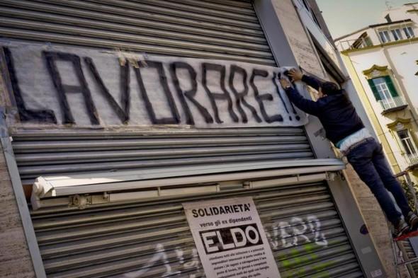 Lavoro: protesta dipendenti megastore chiuso a Napoli