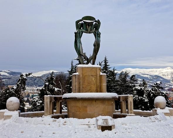 inverno_laquila_fontana_luminosa_neve