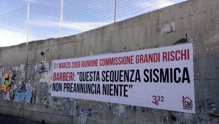 L'Aquila, striscioni Commissione Grandi Rischi