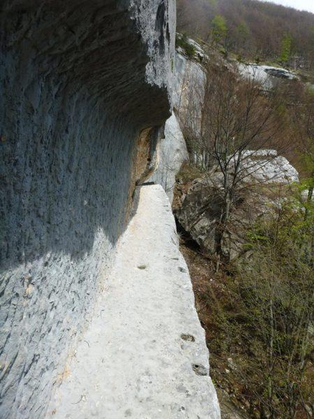 Dopo la scalinata, il passaggio è completamente esposto