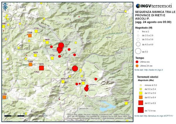 In questa mappa sono stati sovrapposti i dati dei terremoti storici (quadrati, fonte: CPTI11) con quelli della sismicità di queste ore (cerchi, fonte: cnt.rm.ingv.it).