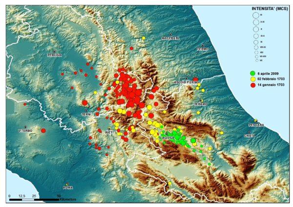 istribuzione degli effetti di danneggiamento dal VII MCS in su per i terremoti del 14 gennaio 1703 (cerchietti rossi), del 2 febbraio 1703 (cerchietti gialli) e del 6 aprile 2009 (cerchietti verdi).