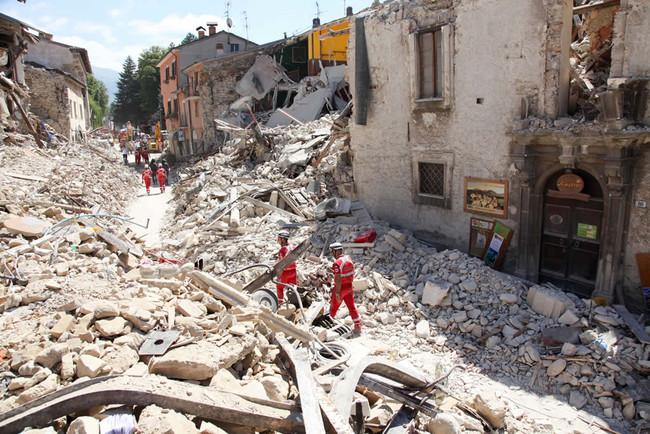 Terremoto: un mese di croce rossa in un video