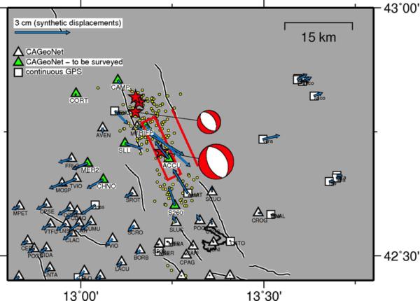 imulazione degli spostamenti cosismici orizzontali (frecce azzurre) attesi ai caposaldi GPS della Rete CA-GeoNet presenti nella zona epicentrale (i triangoli verdi indicano le stazioni in misurazione; quelli bianchi le stazioni esistenti). Le stelle rosse rappresentano il terremoto principale del 24 agosto 2016, M6.0, ore 03:36 italiane e le successive repliche più forti. I meccanismi focali dei due terremoti più forti indicano che le faglie responsabili sono normali o estensionali.