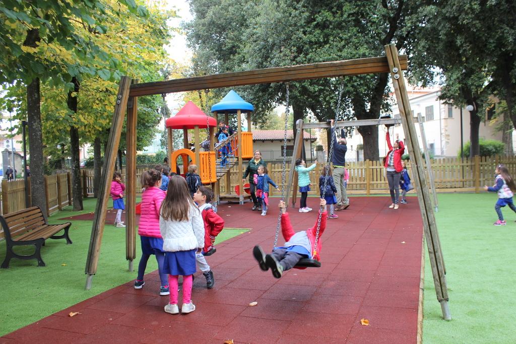 Paganica (aq): 300 bambini all'inaugurazione del parco giochi alla villa comunale