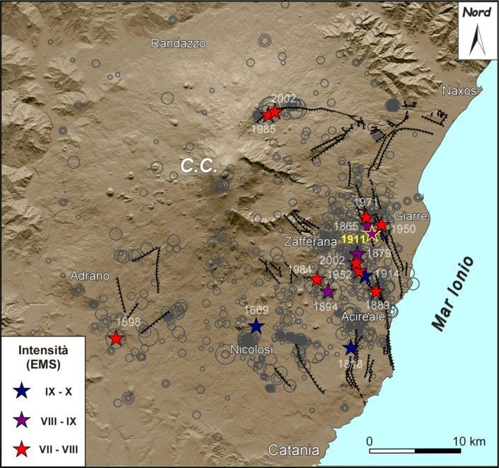 Terremoti vulcano-tettonici con intensità epicentrale I0 ≥ VIII EMS, verificatisi dal 1669 al 2013 (modificato da Azzaro, 2010). In grigio gli eventi minori; le linee in nero indicano le faglie principali (trattini sul lato ribassato).