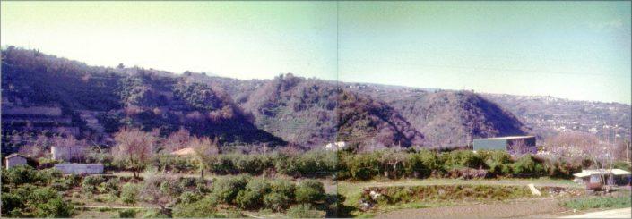 La scarpata di faglia di Moscarello sullo sfondo e, in primo piano, l'area di Fondo Macchia (foto R. Azzaro).