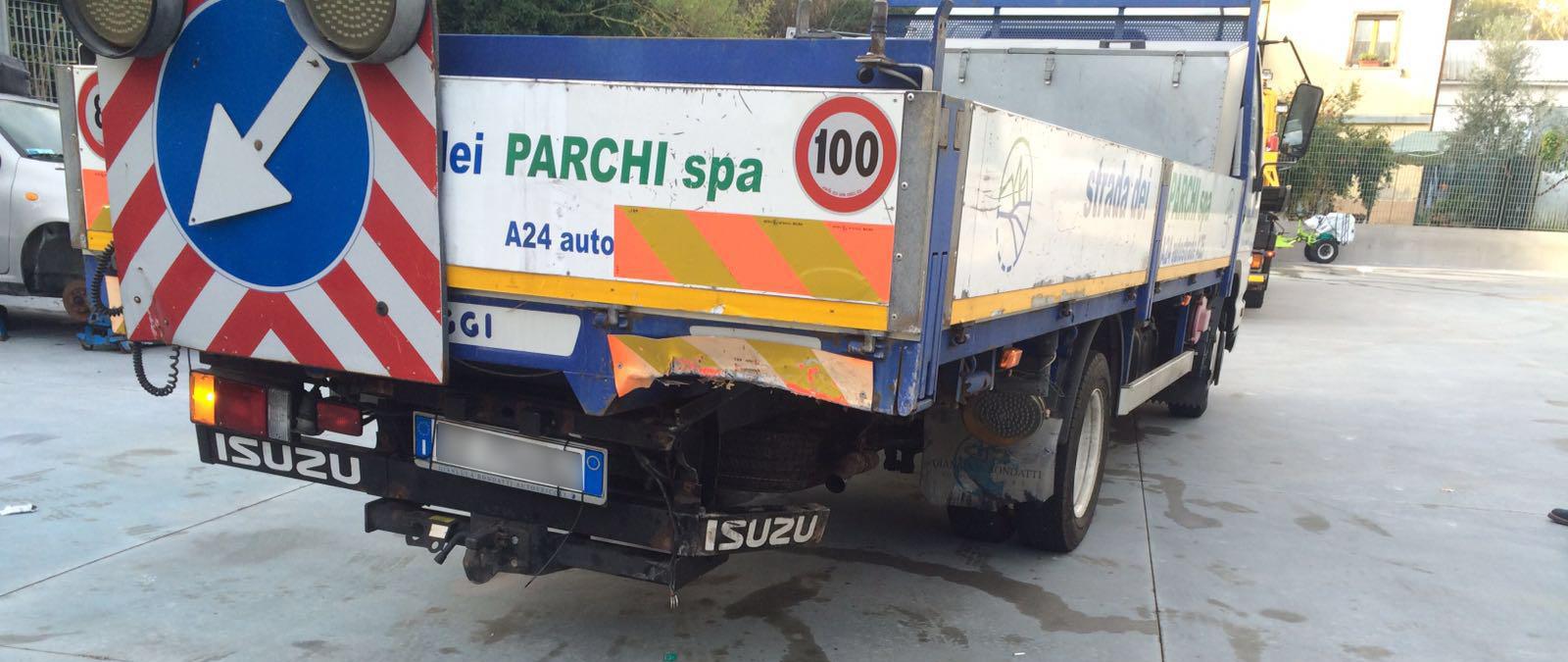 A24: auto tampona mezzo di strada dei parchi, feriti due operai