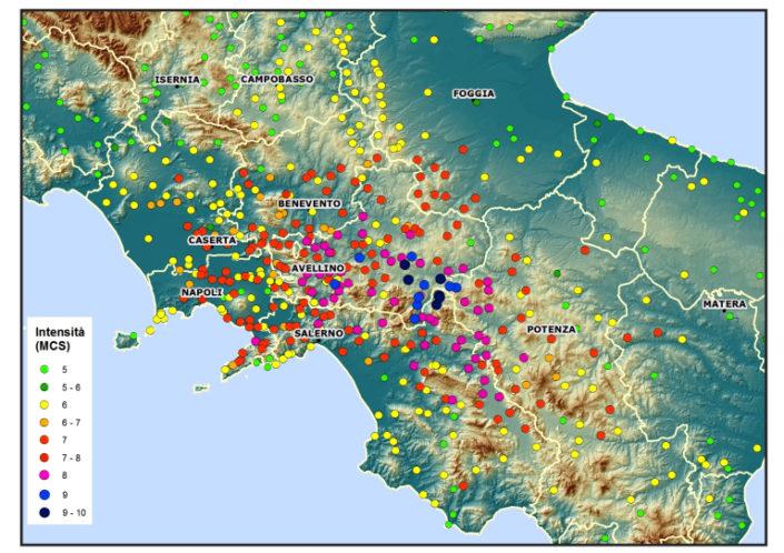 Distribuzione degli effetti prodotti dal terremoto del 1980. L'area di danneggiamento si estende per quasi tutto il territorio campano, in Basilicata e in Puglia (Fonte: DBMI11). I comuni classificati con intensità MCS ≥ 6 sono 422, la maggior parte dei quali (303) in Campania, 55 in Basilicata e i restanti in Puglia e Molise. Sono 6 i comuni con intensità MCS pari a 10, nelle province di Avellino e Salerno e 9 i comuni con intensità MCS pari a 9 in provincia di Avellino.