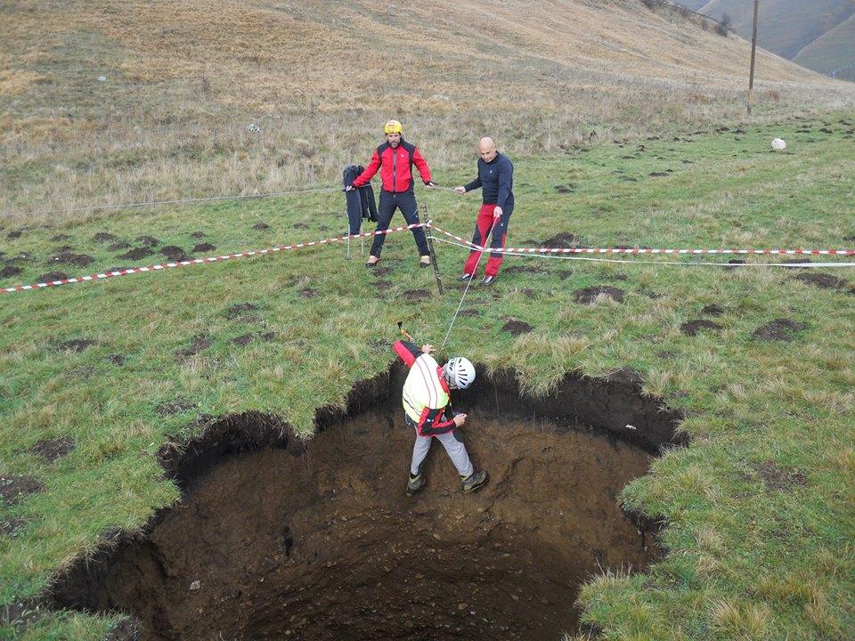 Terremoto: misurata profondita' sinkhole di castelluccio, le foto
